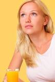 Schöne junge Frau mit einem Glas frischem Saft Lizenzfreie Stockfotografie