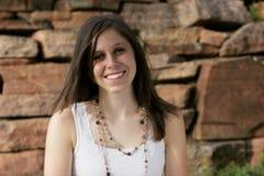 Schöne junge Frau mit einem großen Lächeln Stockbilder