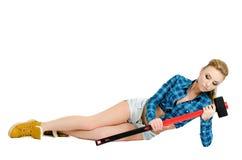 Schöne junge Frau mit einem Hammer Stockfotos