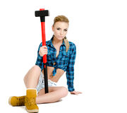 Schöne junge Frau mit einem Hammer Stockfoto