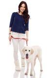 Schöne junge Frau mit einem Hund Lizenzfreies Stockfoto