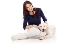 Schöne junge Frau mit einem Hund Stockbild