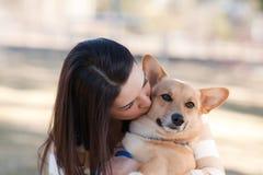 Schöne junge Frau mit einem Hund stockbilder