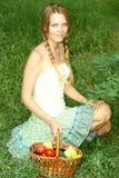 Schöne junge Frau mit einem Korb des Gemüses Stockbilder