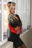 Schöne junge Frau mit einem roten Schal Lizenzfreie Stockbilder