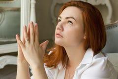 Schöne junge Frau mit einem träumerischen Ausdruck auf seinem Gesicht Stockbilder