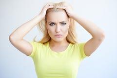 Schöne junge Frau mit einem verwirrten Ausdruck lizenzfreie stockbilder