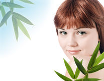 Schöne junge Frau mit einer Bambusanlage lizenzfreie stockfotos