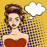 Schöne junge Frau mit einer Gedankenblase in der Karikaturart Pop-Arten-Art Vektorillustration auf einem Punkthintergrund Lizenzfreie Stockfotografie