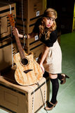 Schöne junge Frau mit einer klassischen Gitarre stockbild