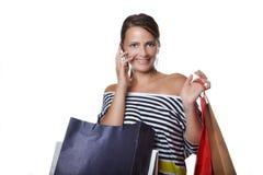 Schöne junge Frau mit Einkaufstaschen lizenzfreies stockbild