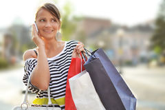 Schöne junge Frau mit Einkaufstaschen lizenzfreies stockfoto
