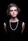 Schöne junge Frau mit elegantem schwarzem Kleid lizenzfreies stockfoto