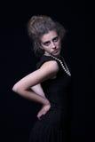 Schöne junge Frau mit elegantem schwarzem Kleid lizenzfreie stockbilder