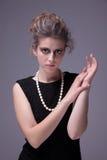 Schöne junge Frau mit elegantem schwarzem Kleid lizenzfreie stockfotografie