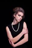 Schöne junge Frau mit elegantem schwarzem Kleid, zu lizenzfreie stockfotos