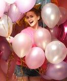 Schöne junge Frau mit farbigen Ballonen Stockbild