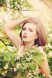 Schöne junge Frau mit Frühlingsblumen Stockfoto
