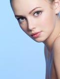 Schöne junge Frau mit frischer Haut stockfotografie