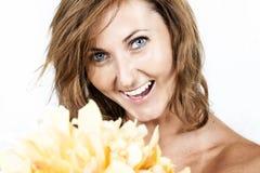 Schöne junge Frau mit gelber Blume Lizenzfreies Stockbild