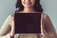 Schöne junge Frau mit Gerät Lizenzfreie Stockbilder