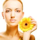 Schöne junge Frau mit gerber Blume Lizenzfreies Stockbild