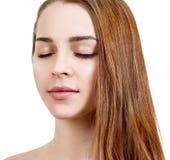 Schöne junge Frau mit geschlossenen Augen und perfekter Haut stockfoto