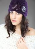 Schöne junge Frau mit gestricktem Hut stockfotos