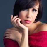 Schöne junge Frau mit gesundem Gesicht und sauberen der Haut lokalisiert auf dunklem Hintergrund Lizenzfreie Stockfotos