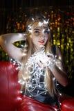 Schöne junge Frau mit Girlanden auf Gesicht und Körper Lizenzfreies Stockbild