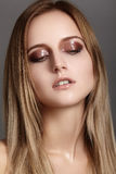 Schöne junge Frau mit Glanzaugen- und -lippenantlitz Saubere Haut der Schönheit, Modemake-up Kosmetik, bilden, Frisur Lizenzfreies Stockbild