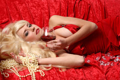 Schöne junge Frau mit Glasrotwein Lizenzfreie Stockbilder