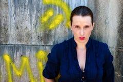 Schöne junge Frau mit Graffiti Lizenzfreie Stockfotos