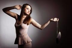 Schöne junge Frau mit Handtasche. lizenzfreie stockfotografie