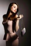 Schöne junge Frau mit Handtasche. lizenzfreie stockbilder