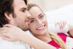 Schöne junge Frau mit ihrem Ehemann Stockfoto