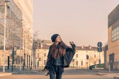 Schöne junge Frau mit ihrem Saxophon Stockfotos