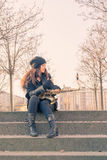 Schöne junge Frau mit ihrem Saxophon Stockfotografie