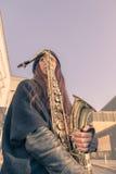 Schöne junge Frau mit ihrem Saxophon Lizenzfreie Stockfotos