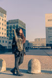 Schöne junge Frau mit ihrem Saxophon Lizenzfreie Stockbilder