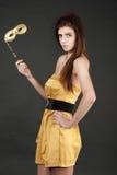 Schöne junge Frau mit Karnevalsschablone Stockfotos