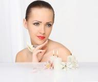 Schöne junge Frau mit Kerzen stockbilder