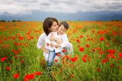 Schöne junge Frau mit Kindern im Park lizenzfreies stockbild