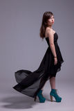 Schöne junge Frau mit Kleid auf Wind stockfotos