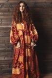 Schöne junge Frau mit langer gelockter Frisur, Modeschmuck mit dem Brunettehaar Indische Artkleidung, langes Kleid stockbilder