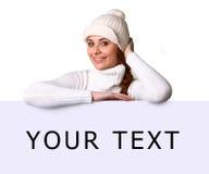 Schöne junge Frau mit leerer Anschlagtafel Lizenzfreies Stockfoto