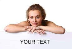 Schöne junge Frau mit leerer Anschlagtafel Stockfotografie