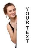 Schöne junge Frau mit leerer Anschlagtafel Stockbild