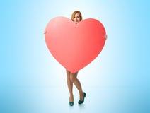 Schöne junge Frau mit Liebe in seinen Händen Stockfotografie