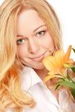 Schöne junge Frau mit Lilien-Blume Lizenzfreie Stockfotos